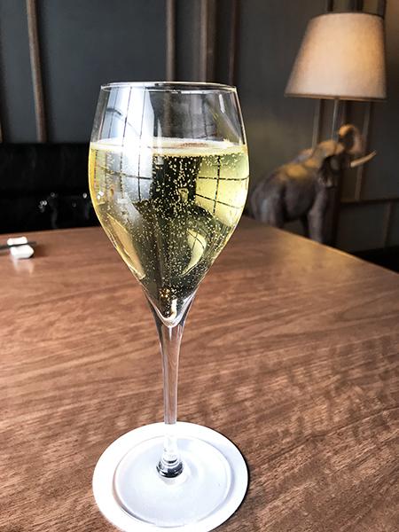お昼からスパークリングワインを飲んで幸せな気分。