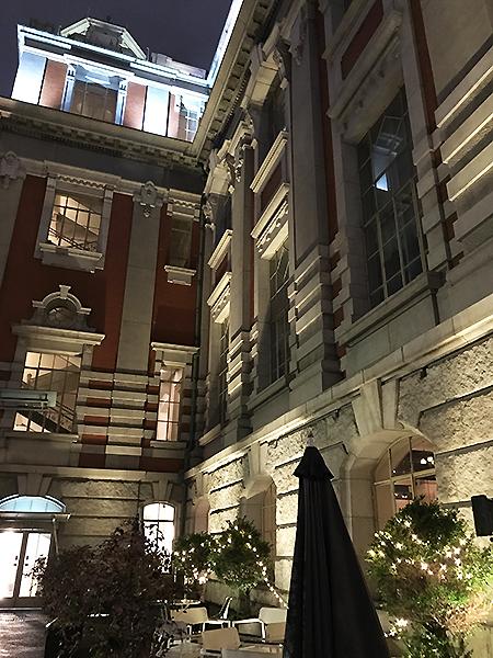 ライトアップが美しい夜の中之島中央公会堂