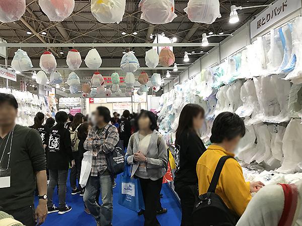 「おむつコーナー」18のメーカー、団体が製品の展示をしており製品説明も受けられます。