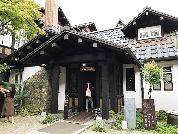 まるで軽井沢あたりにある避暑の別荘リゾートの様な美術館の玄関。写真を撮る人多し。
