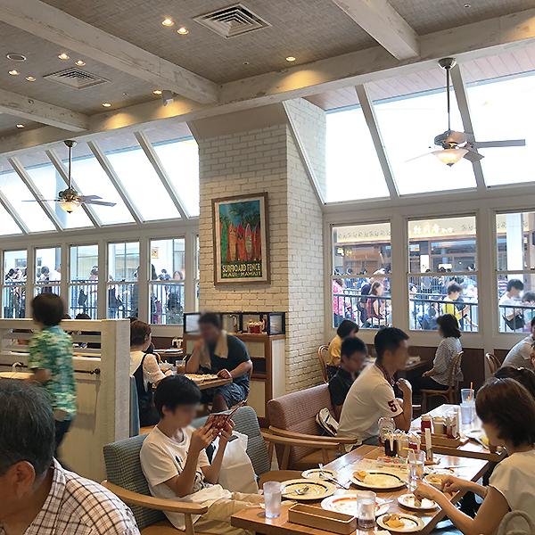 インテリアは海外を意識しているものの、客層や雰囲気は完全にファミリーレストランです。