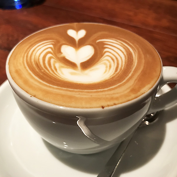 バリスタである店長がいれる素敵なデザインのカフェ・ラッテ。値段は1ユーロで時価です。