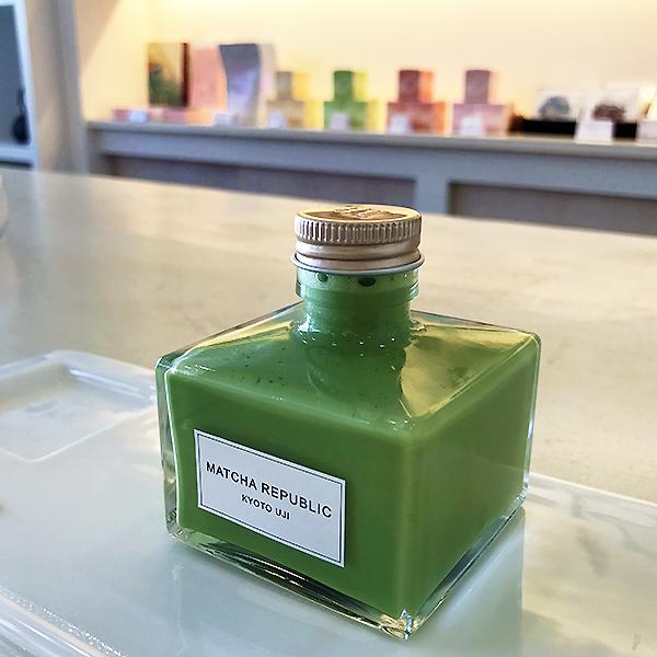 7cm×7cm、瓶の高さはキャップまで7.5cm。インク瓶のような形をしています。