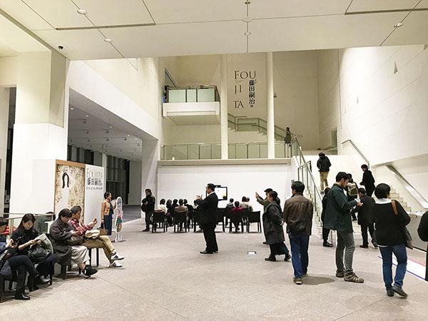 午後6時の京都国立近代美術館のホワイエ。夕方ですが、けっこうな人出です。