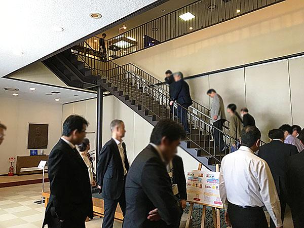 クラシカルな雰囲気の階段を上り、総勢36人のおじさんたちが江崎記念館に向かいます。