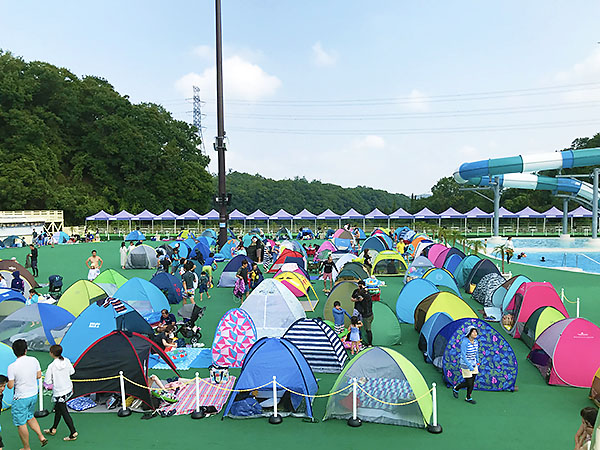開園15分のテントスペース。9時半頃にはこのスペースが小さなテントでいっぱいです。