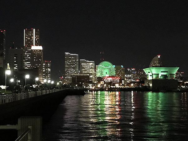 山下公園から見たみなとみらいの夜景。昨年、宿泊した横浜ベイホテル東急も見えました。