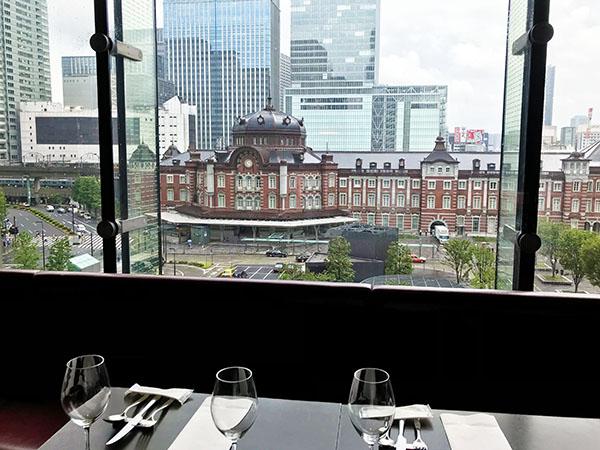 向かいの「丸ビル」のレストランから見た東京ステーションホテル。重要文化財に指定されている赤煉瓦の駅舎はレトロだけれどラグジュアリーです。高層でないのも良いところ。