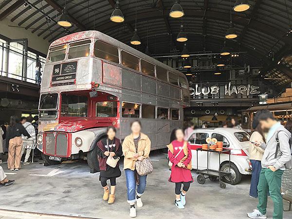 2階建バスが目を引くギフトショップ。クラブハリエキッズの商品もここで買えます。