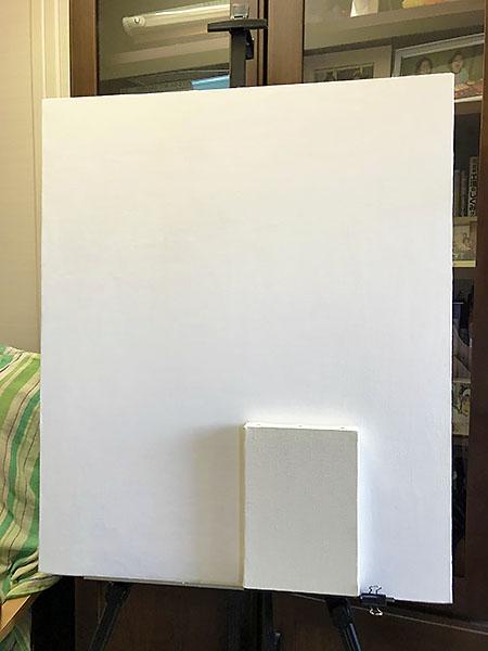 後ろがF20号のキャンバス。手前のSMサイズと比べると大きさ歴然。