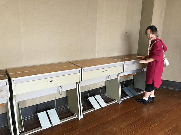 こんなオルガン、確かに教室にありましたね。足踏み式で空気を送って音を出すやつ。