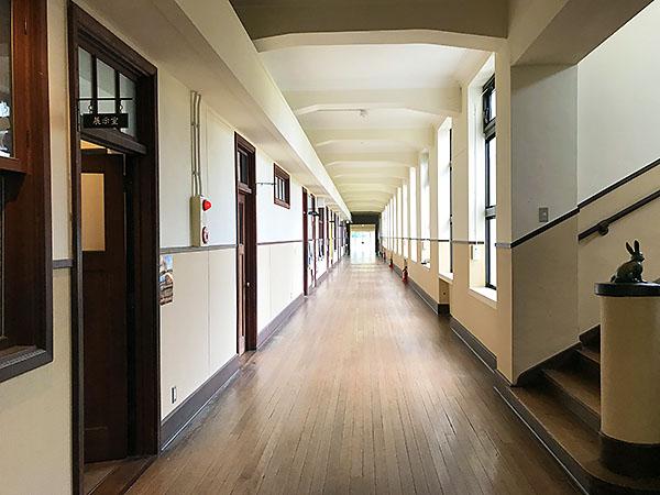 アニメで見た風景。レトロな教室が並ぶ長い廊下。今では「子育て支援センター」などが。