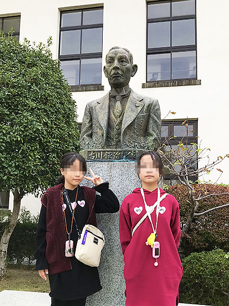 最後は学校の創設者・古川鉄治郎氏の銅像の前で記念写真を。