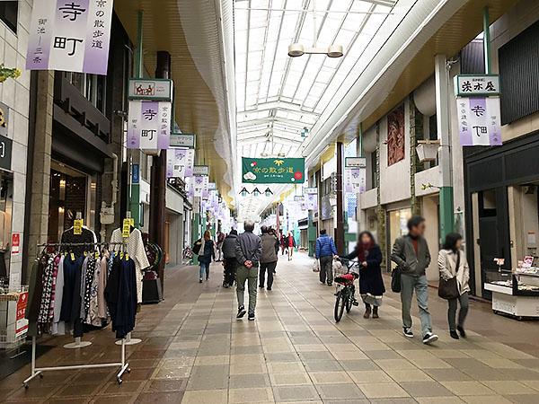 寺町京極商店街は古い商店街。地下鉄の駅から雨に濡れずに訪れることができます。