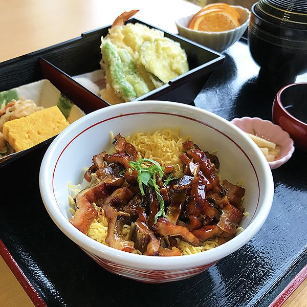 名物の穴子丼と季節野菜の天婦羅がついた定食を楽しみました。美味です!