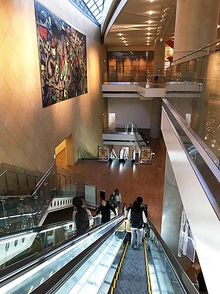 国立国際美術館・地下の展示ホールに続く長いエスカレーター。