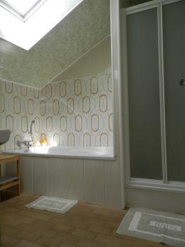 La salle de bains à l'étage