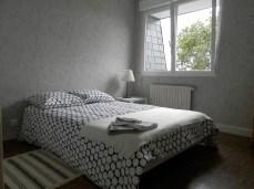La chambre avec un lit double