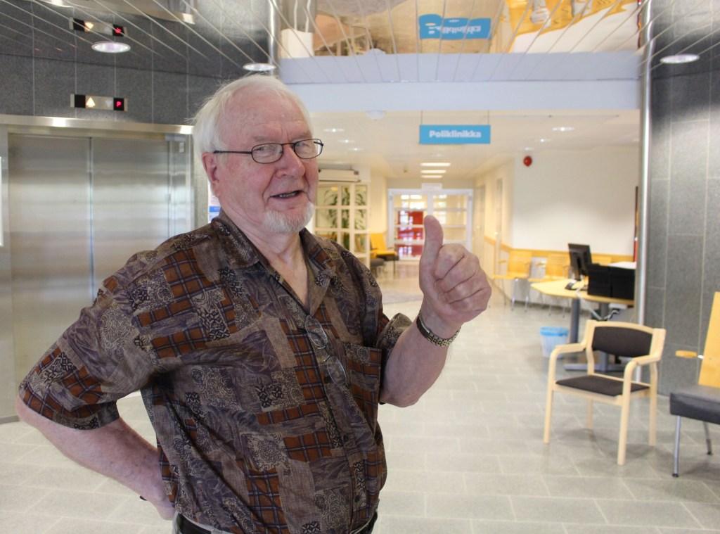 80-vuotias Pertti Einola näyttää peukkua Tyks Orton aulassa