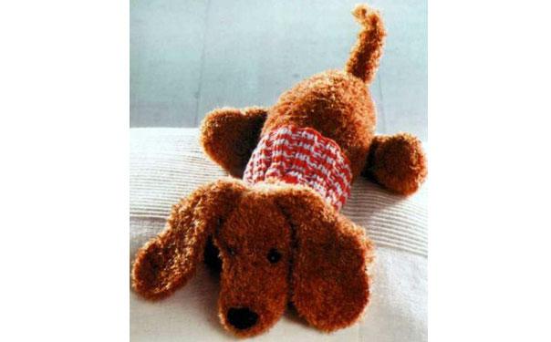 Вязаная собака такса в свитере