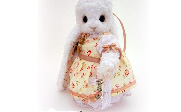 Вязаная крольчиха в ситцевом платье
