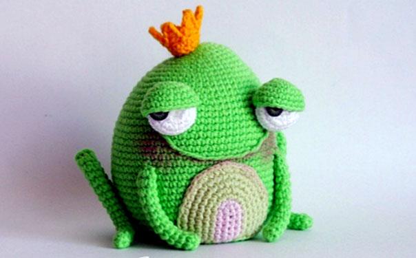 Вязаная крючком жаба-принцесса