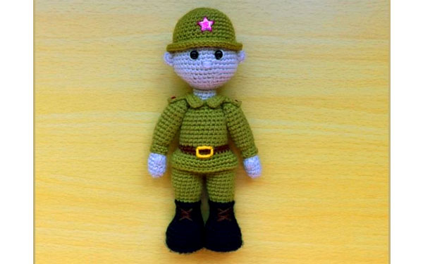Вязаная кукла Мальчик-солдат
