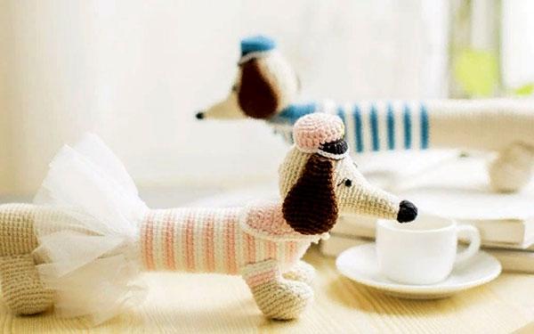 Вязаная собачка такса - подушка для рук . Схема