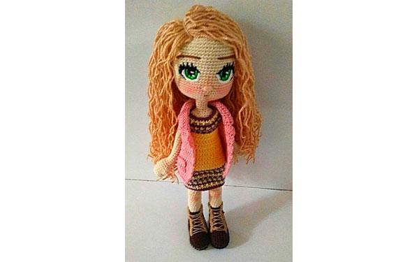 Вязаная крючком кукла в розовой жилетке