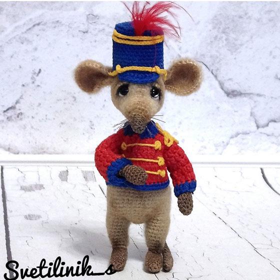 Вязаные мыши в карнавальных костюмах
