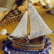 Вязаный крючком кораблик с парусом