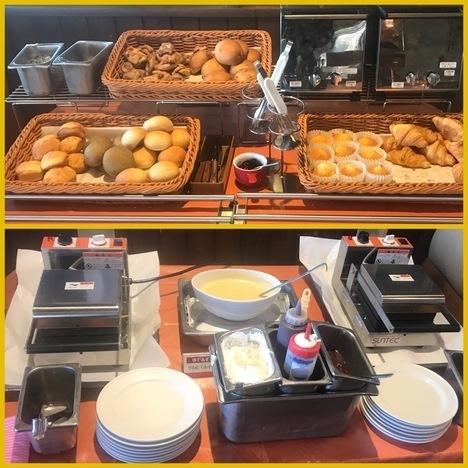 ココス朝食バイキングのスイーツとパンのラインナップ