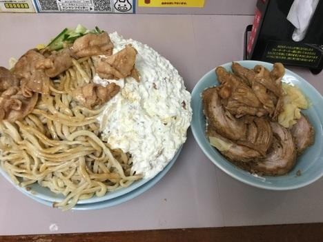 立川マシマシ足利すごい冷やし中華麺マシ4枚と豚マシマシ特注デカ盛り取り皿