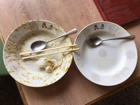 柏崎萬来ラーメン店のカツカレー大盛りと普通盛り皿比較