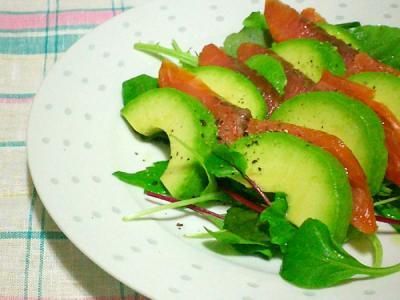 アボカドとスモークサーモンの簡単サラダ