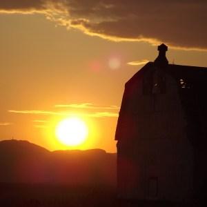 Vieille  grange au coucher du soleil