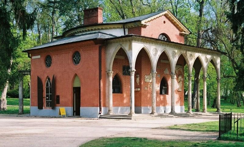 Niewielki neogotycki budynek z czerwonej cegły, w stylu angielskim. Jedna ze ścian ozdobiona ostrołukowymi arkadami wykonanymi z piaskowca i zamykającymi podcień.