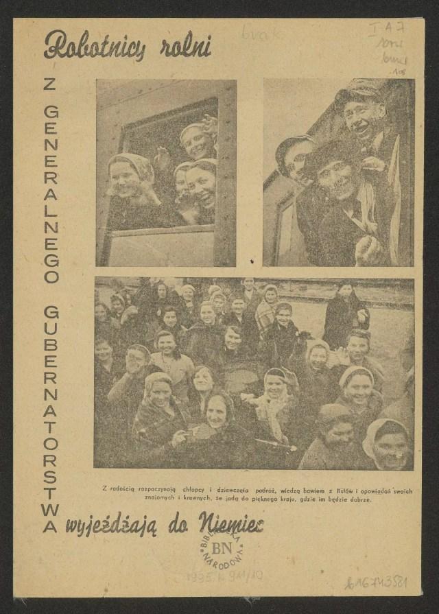 """Okładka broszury propagandowej. Na pożółkłym papierze wyblakłe zdjęcia uśmiechniętych robotników wyglądających z okien pociągów i równie uśmiechniętych rodzin na peronie. Dokoła napis """"Robotnicy rolni z Generalnego Gubernatorstwa wyjeżdżają do Niemiec"""""""