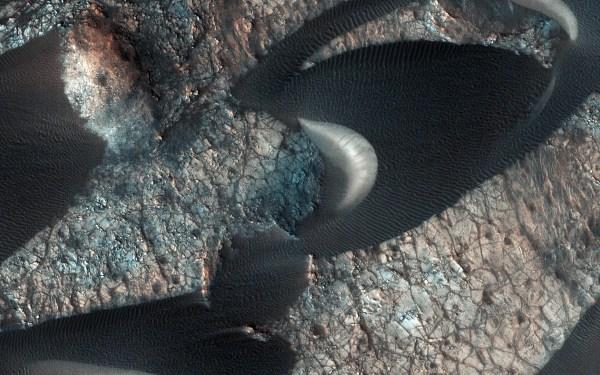 На Марсе замечены огромные движущиеся структуры