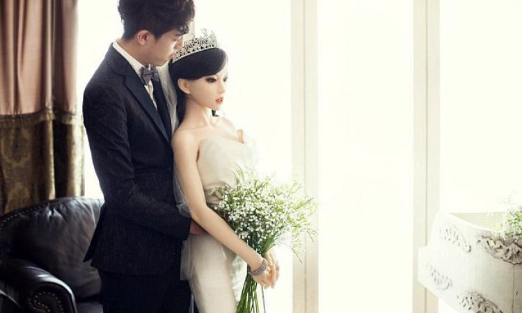 В Китае молодой человек больной раком женился на надувной кукле