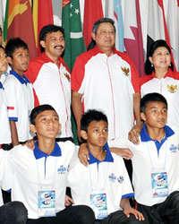 Presiden Republik Indonesia Soesilo Bambang  Yudhoyono (SBY) saat melepas keberangkatan tim Aqua Danone Nations Cup  Indonesia ke Afrika Selatan.