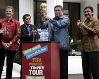 Lingling Liu (juru bicara FIFA untuk FIFA World Cup™ Trophy Tour), Torsten Kuenzlen (managing director Coca-Cola Indonesia), Nurdin Halid (ketua PSSI), Presiden Republik Indonesia Susilo Bambang Yudhoyono (SBY) dan Menegpora Andi Mallarangeng.