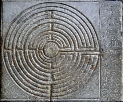 Laberinto de la fachada  de San Martín, Lucca. Según reza la inscripción es el laberinto de isla de Creta donde habita el famoso minotauro construido por Dédalo.