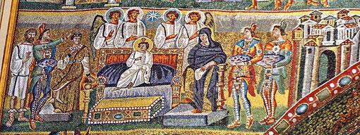 Epifanía, Adoración de los Magos, símbolo de universalidad de la redención, Cristo entronizado como emperador, rodeado por ceremonial cortesano, cerca la Virgen como emperatriz y una partera de negro,  que al dudar se le quema el brazo,todo muy peculiar.