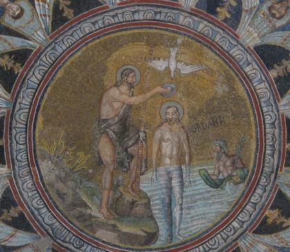 Bautismo de Cristo, de carácter narrativo, Cristo sumergido en el Jordán y a su lado el Bautista, sobre ellos el Espíritu Santo.