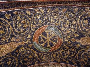 Crismón con alfa y omega,Cristo como principio y fin de lo creado pero rodeado de laure, símbolo pagano del triunfo
