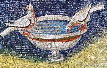 Palomas posadas al borde de la fuente bebiendo agua como símbolo vivificador, asume motivo pagano con significado cristiano