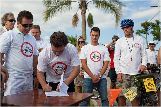 Prefeito Cesar Souza Júnior assina lançamento do Floribike. Foto: Fabricio Sousa.