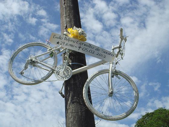 Bicicleta-fantasma homenageia ciclista morto por motorista embriagado na SC-401.