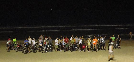 Parte dos ciclistas na praia do Campeche.